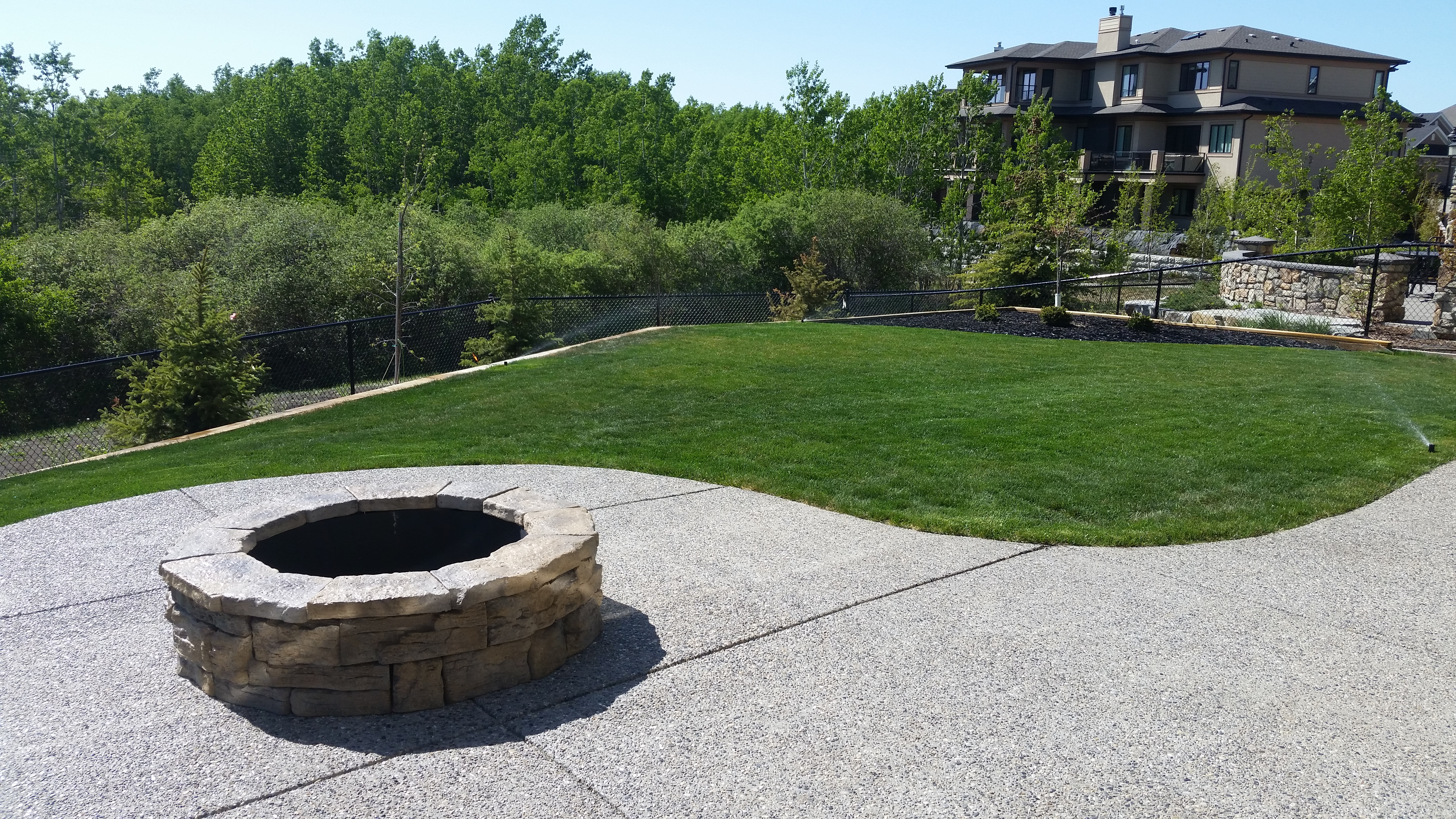 chestermere-calgary-exposed-aggregate-concrete-contractor-firepit-chestermere-landscaping